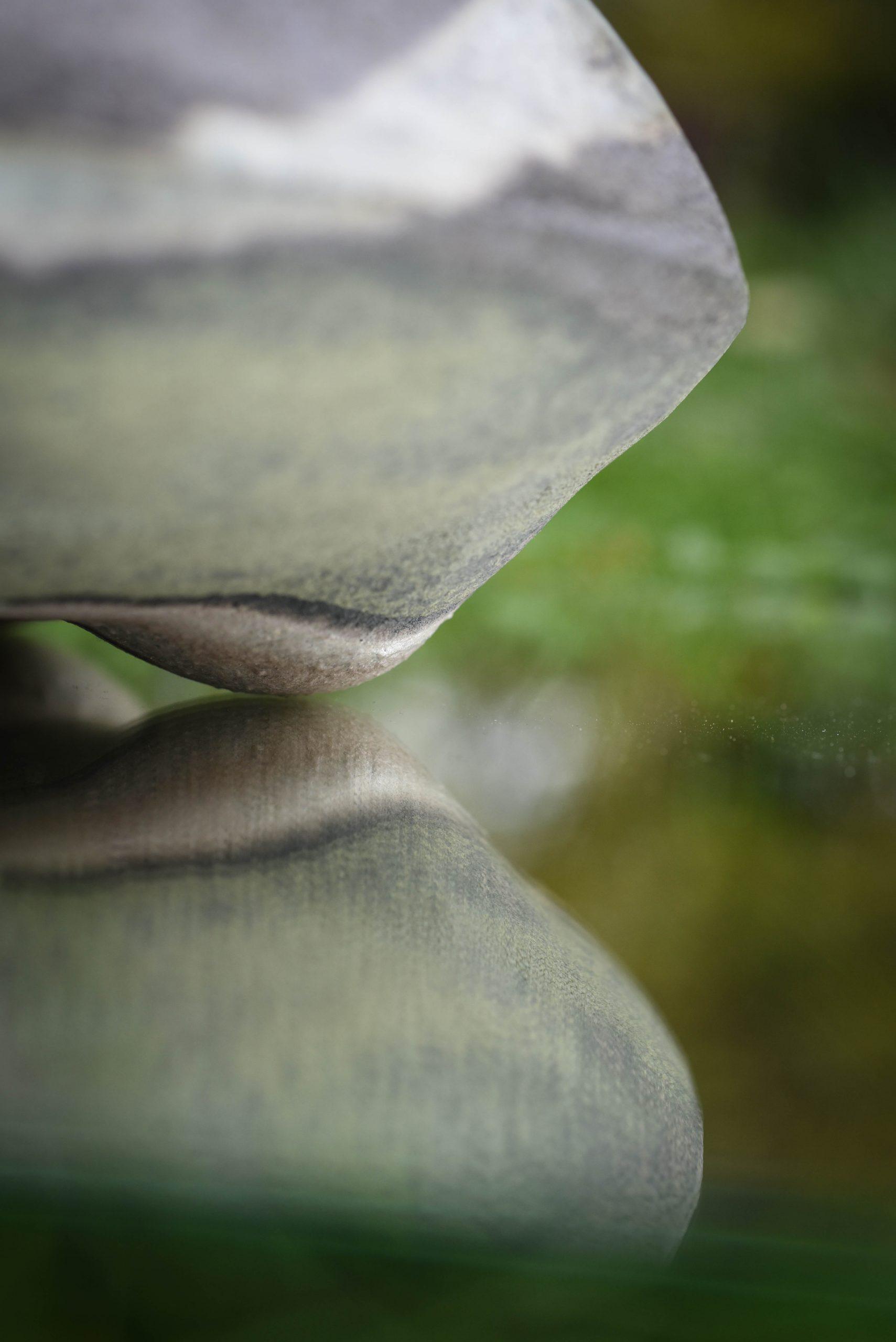 Les ilots sont des sculptures de grès entièrement recouvertes d'émail. Leur forme est celle d'une grosse lentille de 30 cm de diamètre. Les 2 cotés de la pièces sont émaillés. Dans une volonté de sobriété, un seul émail vert mousse est utilisé. Il est recouvert par endroit d'un émail blanc beige ourlé de noir. Cette sculpture évoque à la fois une cellule vue en microscopique électronique (les ilots de Langerhans sont les amas de cellules qui fabriquent notamment l'insuline) ou un vaste paysage vallonné dans lequel on peut rêver, Autres mots clés : céramique - art cuisson - haute température – sciences